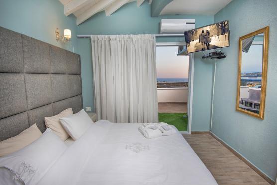 חדר שינה עם דלת יציאה למרפסת הפרטית